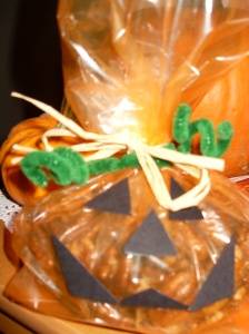 These sweet pumpkins make a perfectly healthy treat that's sure to bring a smile.  For an easy party favor craft, have guests assemble the pumpkins.